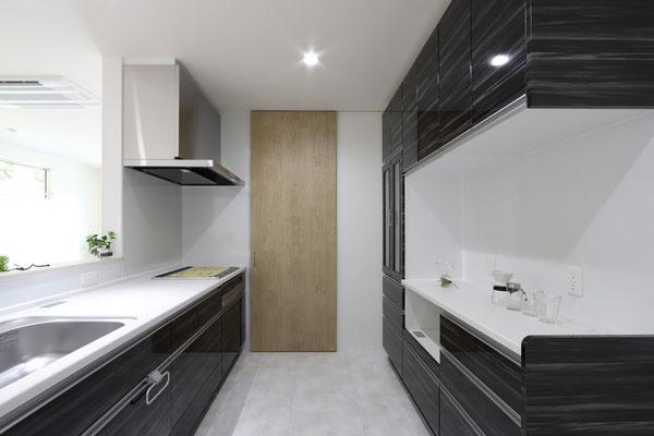 キッチン床は水や汚れに強いフロアで。夫婦でキッチンに立つので広めに。