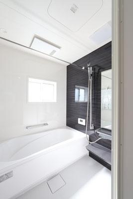 キッチンや洗面と合わせたシックなバスルーム