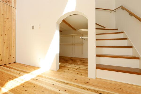 階段下にはたっぷりの収納スペース