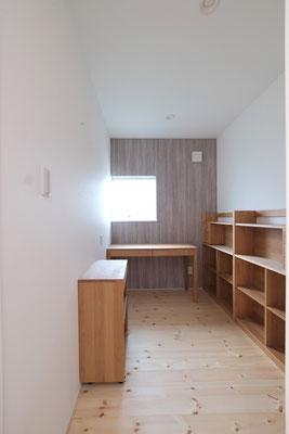 デスクに座った時にどこにでもすぐ手が届く、コンパクトな書斎