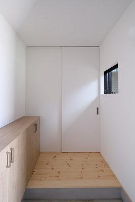 スッキリとシンプルな明るい玄関