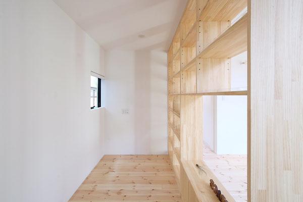 あえて壁で区切らず、見せる収納で区切ったお気に入りの趣味スペース