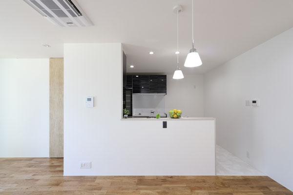 清潔感あるシックでシンプルなキッチン