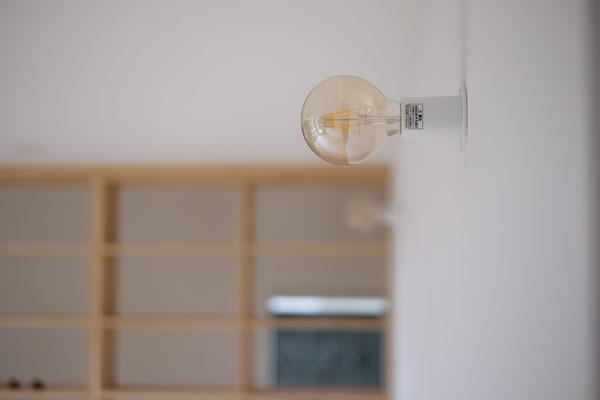 リビングは落ち着きと安らぎとくつろぎ重視で、優しい雰囲気のある灯りを