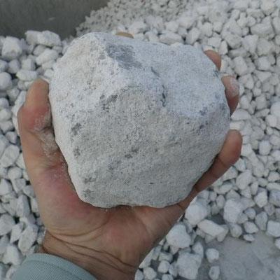 原料の石灰岩。2億6千万年前の地層から採掘されています。