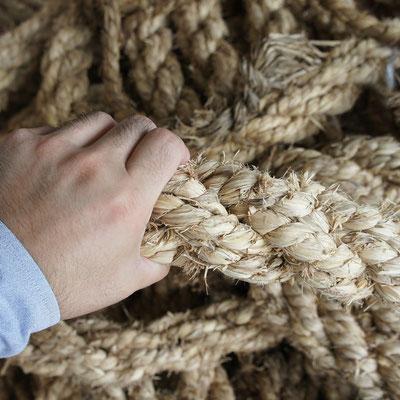 綱引きのわら綱をほぐして原料にしています。