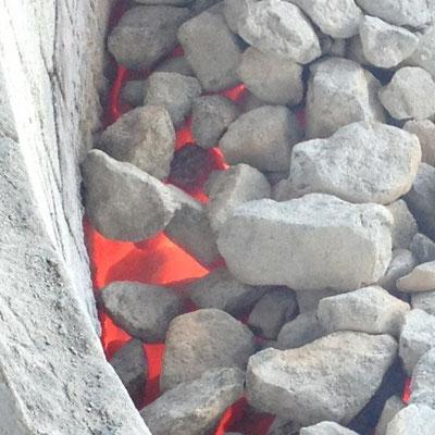 石を焼くと、825℃以上の熱で二酸化炭素を放出して生石灰になります。