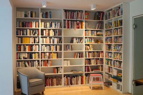Bücherregal über Eck gebaut