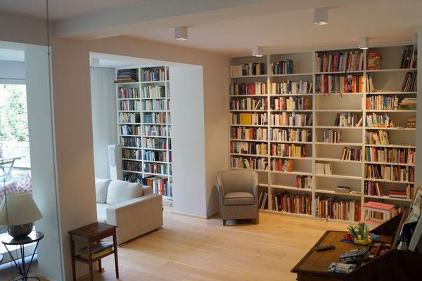 ein großes raum hohes Bücherregal im Wohnzimmer