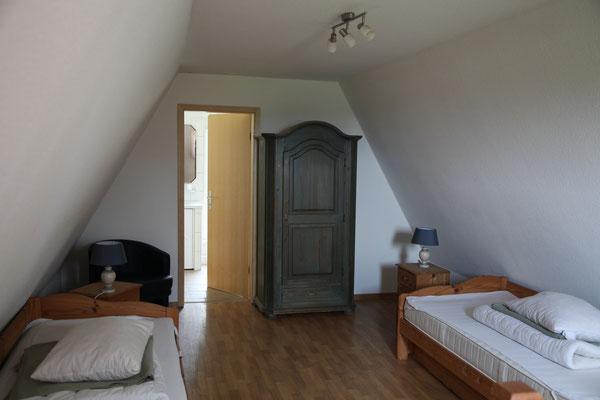 1. Etage mit zwei Funktionsbetten für vier Personen und Badezimmer