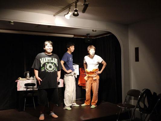 3人が立つと舞台は、いっぱい。