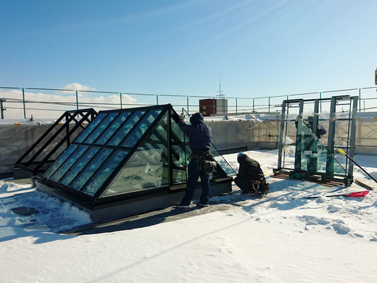 H31.2.1 屋上のオブジェへのガラス取付の様子
