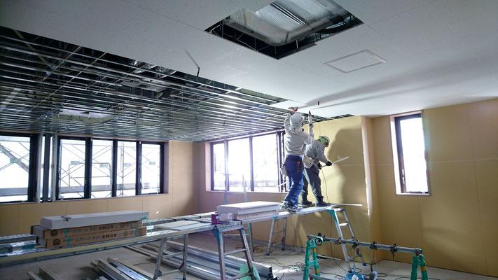 H31.2.25 1F総務部、天井パネル取付の様子