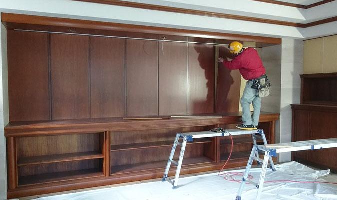 H31.3.22 新社長室内壁へのパネル取付状況。色褪せていた木目が鮮やかに蘇りました