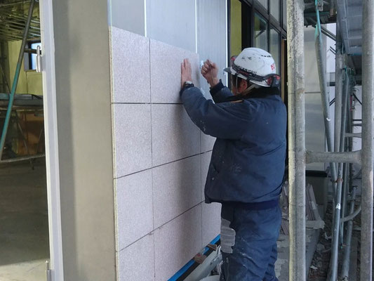 H31.2.12 職員玄関付近。外壁への石貼りの様子です