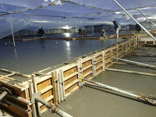 H30.11.26 土間コンクリートの打設が行われました。気温が低くなってきたため防寒囲い内での作業です