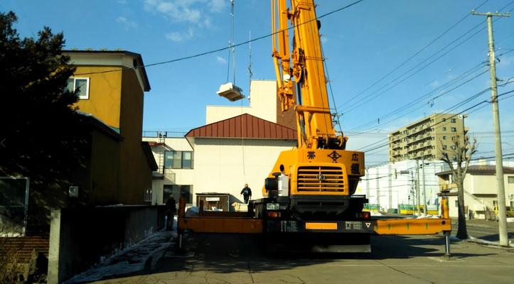 H31.2.23 駐車場にクレーンを据えて旧社長室の資材を搬出しています