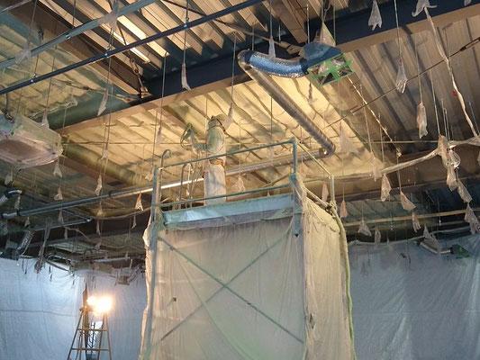 H31.1.22 2階フロア天井への断熱材吹き付けが進められています