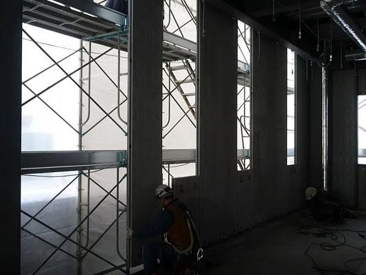 H31.2.4 1F西側の様子。外壁パネルの取付が進められています