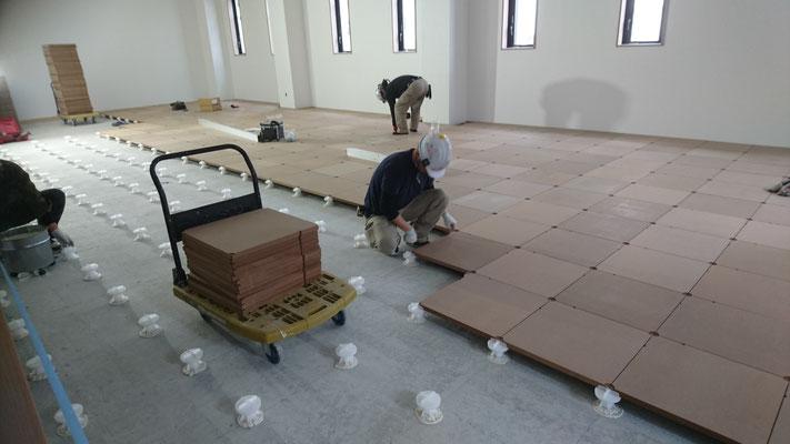 H31.3.13 会議室の床にボードを設置している様子