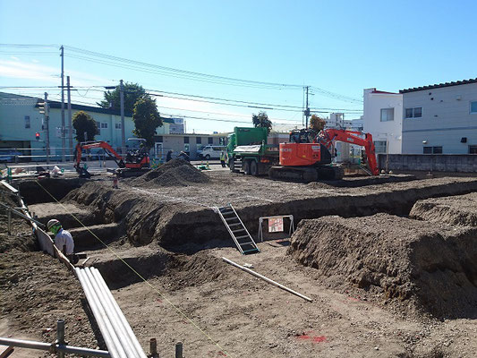 H30.10.17 建物の基礎掘削が進められています