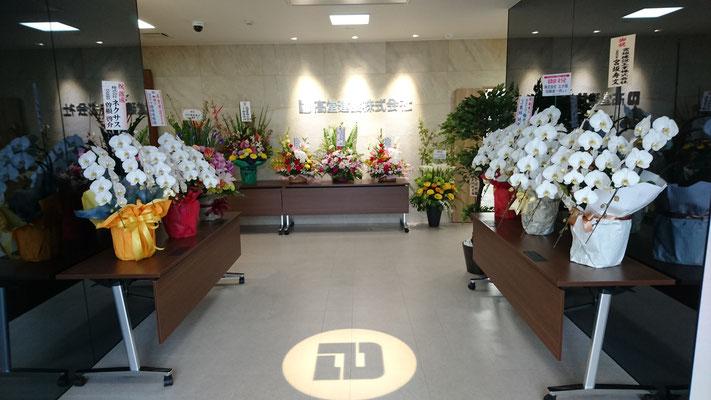 H31.4.19 玄関ホール。竣工に際して皆さまよりたくさんのお花を頂きました