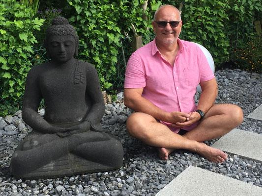 CH, Aesch/BL, Selbstbildnis im Garten mit Buddha