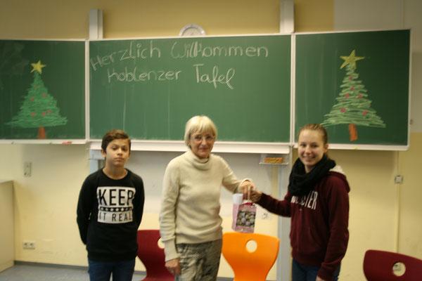 Klassensprecher Maren und Justin übergeben Spende an Frau Bäsch