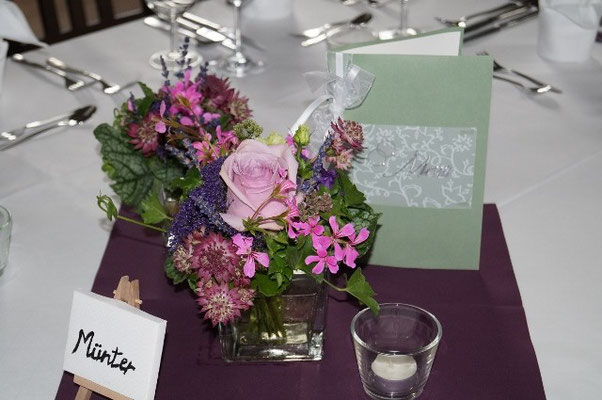 Tischdeko mit Rose `Nautica, Astrantia, Geranie und Lavendel