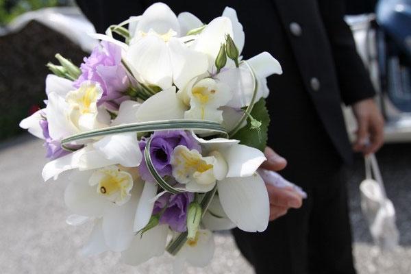 Brautstrauß aus weißen Orchideen und Lysianthus