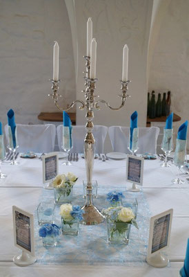 Tischdeko mit Avelanche-Rosen, Germini und Rittersporn