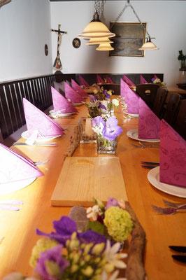 Tischdeko mit Vanda-Orchidee in urigem Ambiente