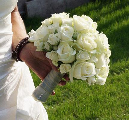 Klassischer Brautstrauß aus weißen Rosen