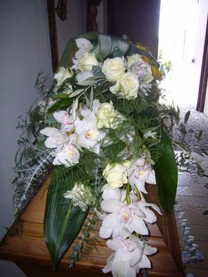Sargschmuck mit Orchideen