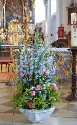 Kirchengesteck  mit Rittersprorn, Gartenrosen und Alchemilla