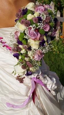 Abfließender Brautstrauß in lila-Beere-grün-weiß