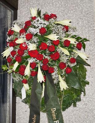 Kranz, Kopfgarnierung mit roten Rosen und weißen Lilien