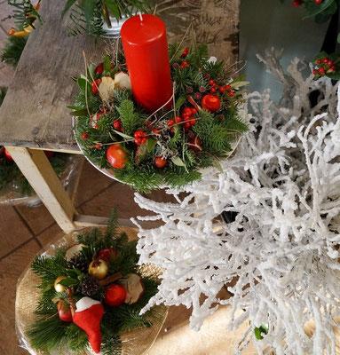 Werkstücke in weihnachtlichem rot-weiß-grün