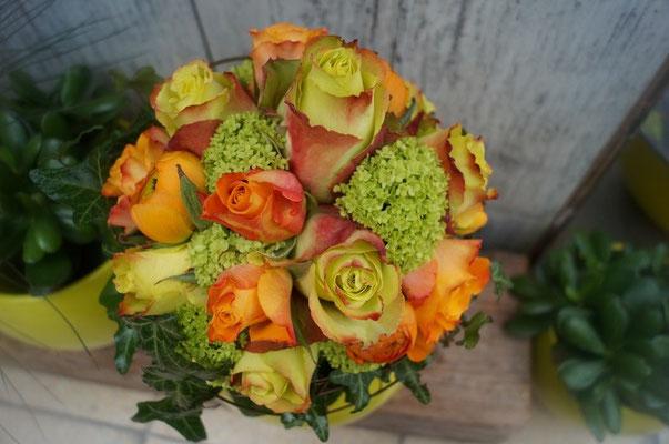 Brautstrauß mit Rose Zazu und Maryo, Schneeball und Ranunkel