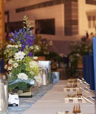 Tischdeko mit Schmucklilie, Germini und Kamille