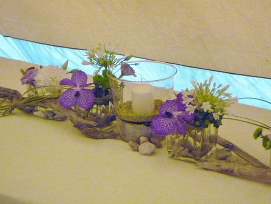 Tischdeko mit blauen Wanda, Agapanthus und Treibholz