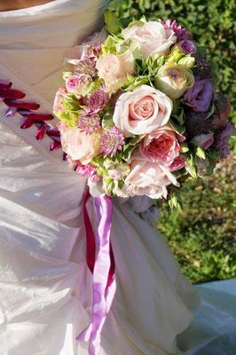 Brautstrauß aus Hortensien, duftigen Gartenrosen und Lysianthus