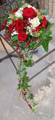 Brautstrauß mit Red Naomi und Mondial- Rosen, Beeren und Efeu