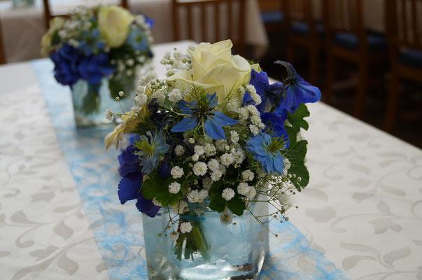 Blau-weiß mit Ritersporn - Rosen
