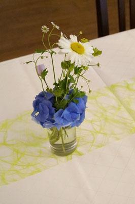 Gläserfüllung mit Strauchmargeriten und Hortensien