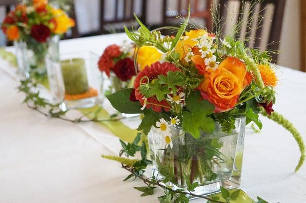 Glasgefäße- Kerzen und schmales Tischband