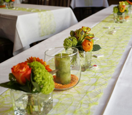 Tischdeko mit Gläsern, Kerzen und passendem Läufer