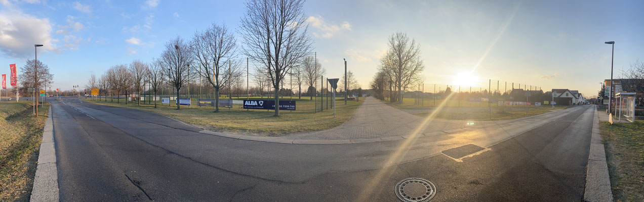 Sicht von der Bushaltestelle auf die Beachvolleyballanlage und den A-Platz (links) und den B-Platz (rechts)