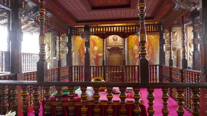 Im Innern des Zahn-Tempels: hier soll der Eckzahn des Buddha Siddhartha aufbewahrt sein