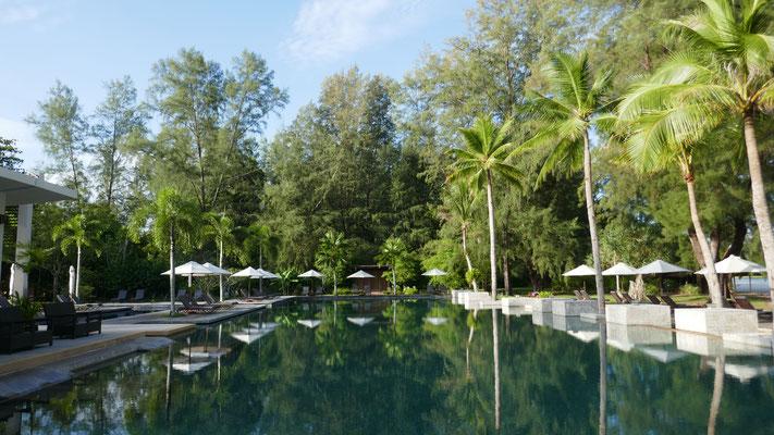 Der schöne Hotelpool am Tanjung Rhu Beach